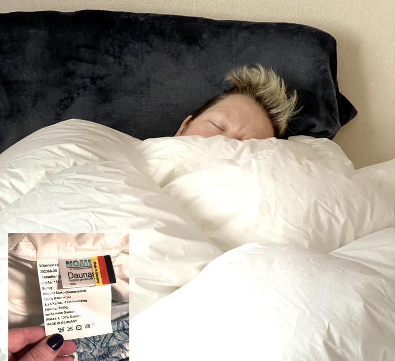 myyzilla schlafend unter Daunendecke